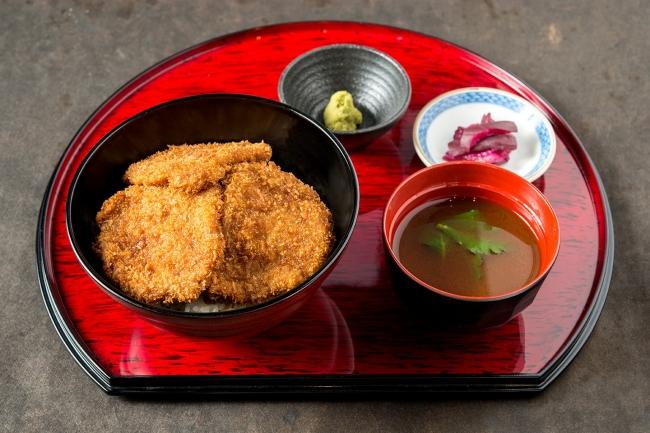 「牛たれカツ丼」:889円(+税)