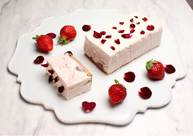 いちごとバラのレアチーズケーキ
