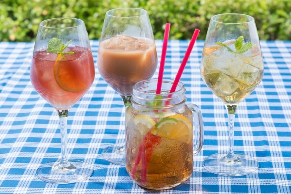 午後ティーカクテル3種と紅茶のティーパンチ(右から2番目)