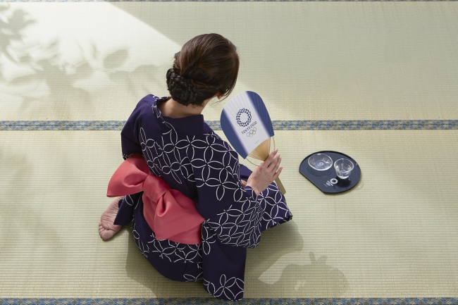 女性手持ち:小判型竹うちわ/女性膝元:半月盆・ガラスぐい呑み・ガラス小皿