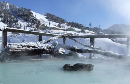 3位 群馬県「万座温泉 日進舘」の「極楽湯」から見た雪景色。