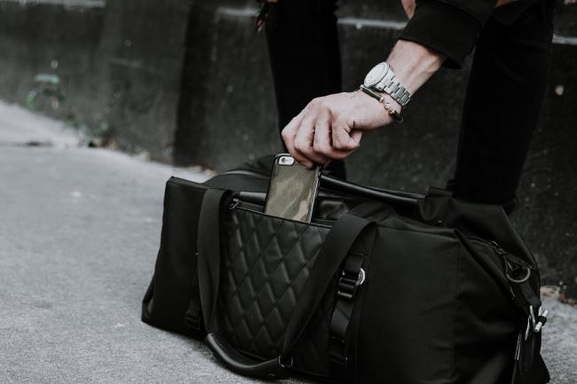 背面にはスマホやパスポートを収納できる隠しポケット