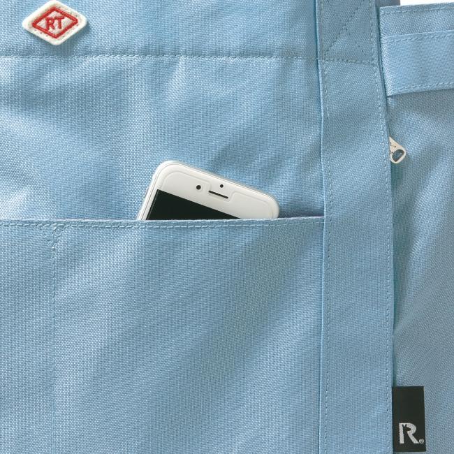 手前のポケットにはスマホ、 ファスナー付きのルーポケットにはICカードなどを。
