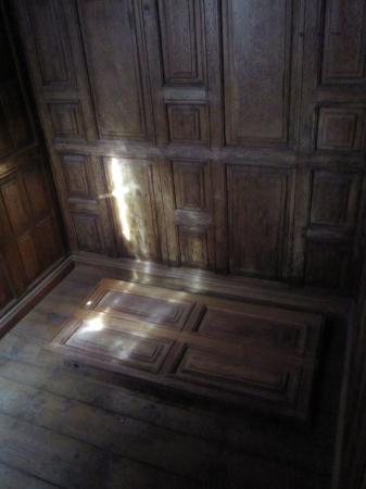 14世紀初頭の重要文献が発見された修道院内の地下に繋がる床の隠し扉