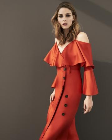 バナナ・リパブリックとのコラボレーションドレスを纏ったオリヴィア・パレルモ。ドレス 28,000円(税込)