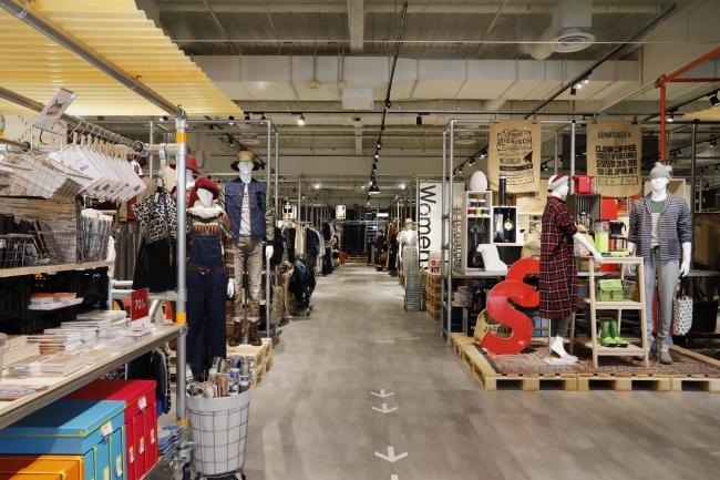 オフプライスストア 「アンドブリッジ」西大宮店 全景。  開放感のある店内に、 国内外の人気ブランドのバイイング商品が並ぶ