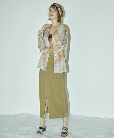 ペイントアート開襟シャツ ¥16,000+TAX カップ付サテンキャミソール ¥7,000+TAX ウエストタックストレートスカート ¥17,000+TAX
