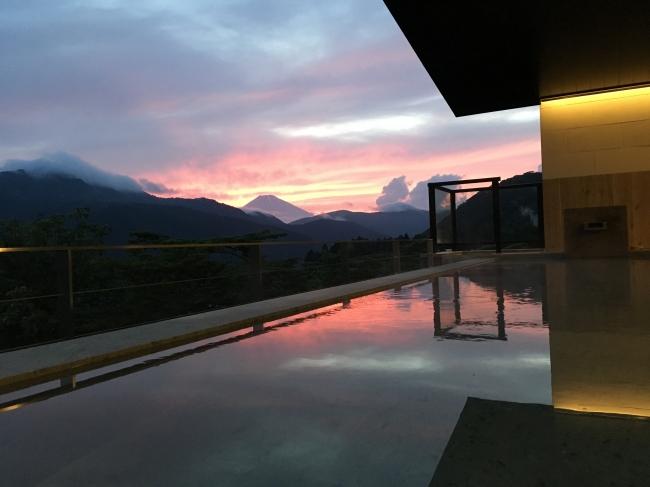 龍宮殿 女性露天風呂から富士山を望む