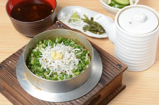 ふっくらとした食感の湯浅産釜揚げシラスを、editor's fav『るるぶキッチンASAKUSA エキミセ』定番の釜めしメニューにアレンジ