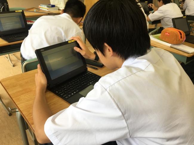 先行導入された渋谷区立上原中学校で 授業中にスタディサプリに取組む生徒の様子