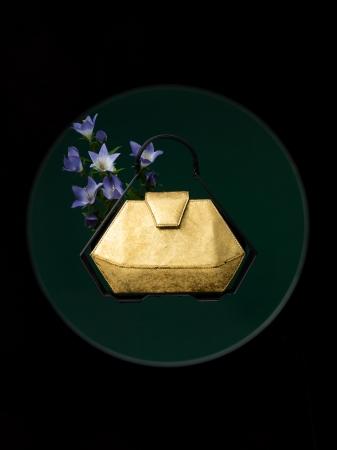 南部鉄器の茶器をイメージしたバッグ(瀞箔 ゴールド 378,000円)