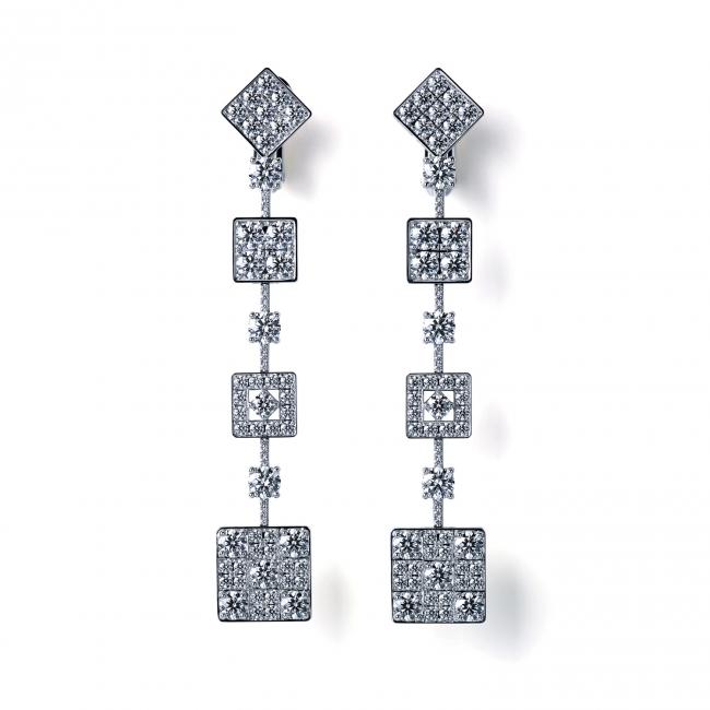 「京小路 KYOKOMICHI」。  雨上がりに輝く京の石畳をモチーフにしたイヤリング。  (750WG, Diamond)