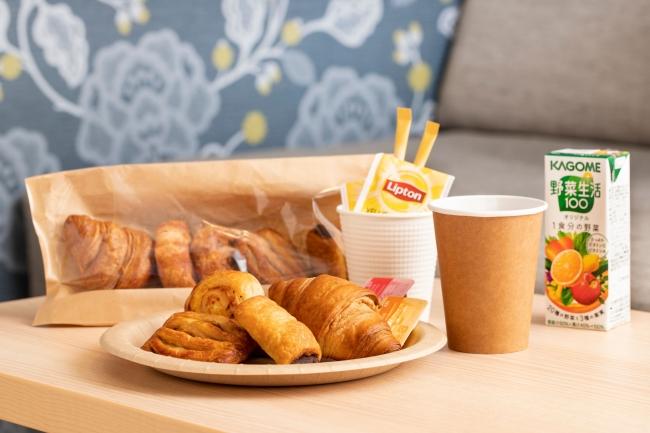 焼き立てパン5種類に飲み物がセットになった朝食を客室で