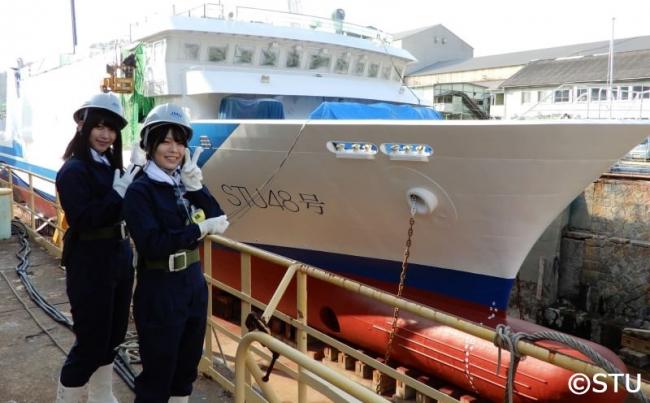 ▲船名塗装完了後の藤原あずさと(左)と矢野帆夏(右)