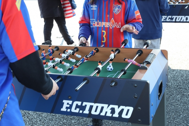 <自由に遊べるFC東京のユニフォームカラーのスペシャルサッカー盤>
