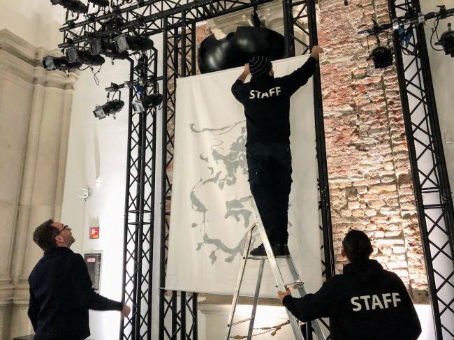 会場のメインの壁面に飾られた堂本剛の墨絵