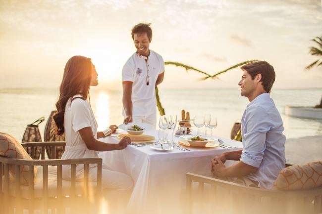 カップルビーチディナー