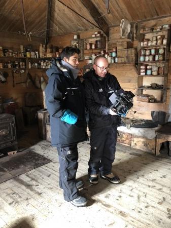 探検家アーネスト・シャクルトンの小屋にてケヴィン・デンホルム監督とエイドリアン・グレニアー氏