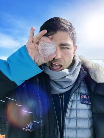 氷のコアサンプルを持つエイドリアン・グレニアー氏