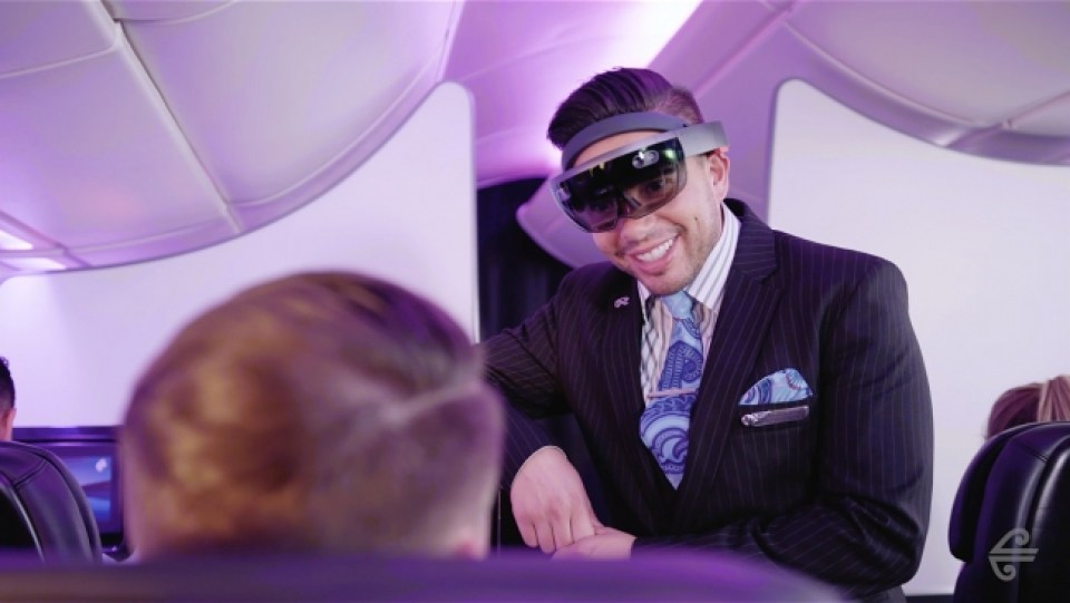 「HoloLens」を装着した実験で、 お客様に対応する客室乗務員