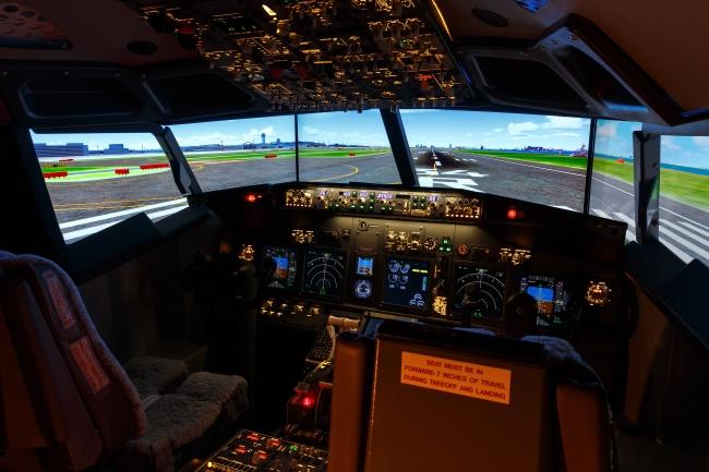 画像ーフライトシミュレーター   羽田空港滑走路をのぞむ