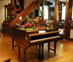 【フラワーアレンジメントイメージ】 自動演奏ピアノを花器に見立てた フラワーアレンジメント