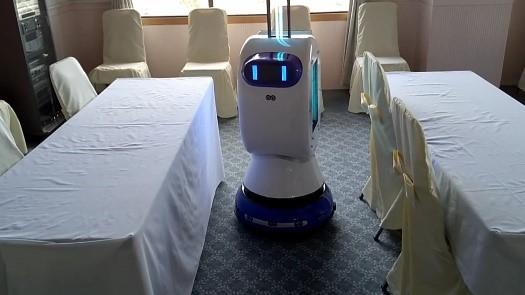 左:紫外線を照射しながら席の間を走行する除菌ロボット