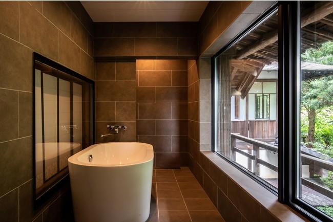 お座敷横の広縁を浴室に改築。  窓からは庭園を臨むことができる
