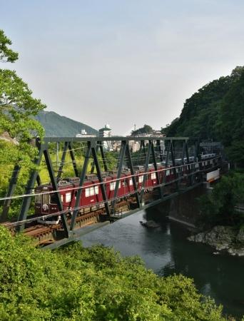大阪の鉄道13社が大集合した徹底ガイドの他、鉄道のある絶景&珍景など、大阪の鉄道がより深く楽しめる情報が盛りだくさん!