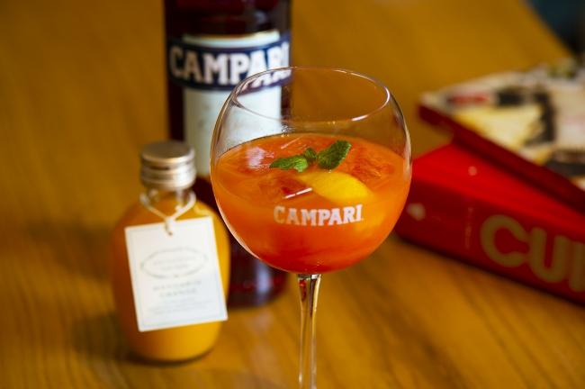 濃厚な有田みかんを使用した、 のど越しがよく、 甘くコクのある果汁感たっぷりのANTEPRIMA CASA CUCINAオリジナルみかんジュースでカンパリを割った「カンパリみかん」を特別にご提供いたします。