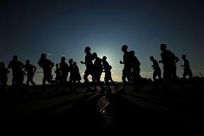 gente corriendo de noche