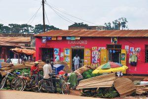 queen-of-katwe-native-people-prepare-bananas-for-sale-in-slum-of-kampala