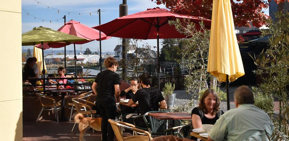 water-street-bistro-outdoor-cafe-scene-patio