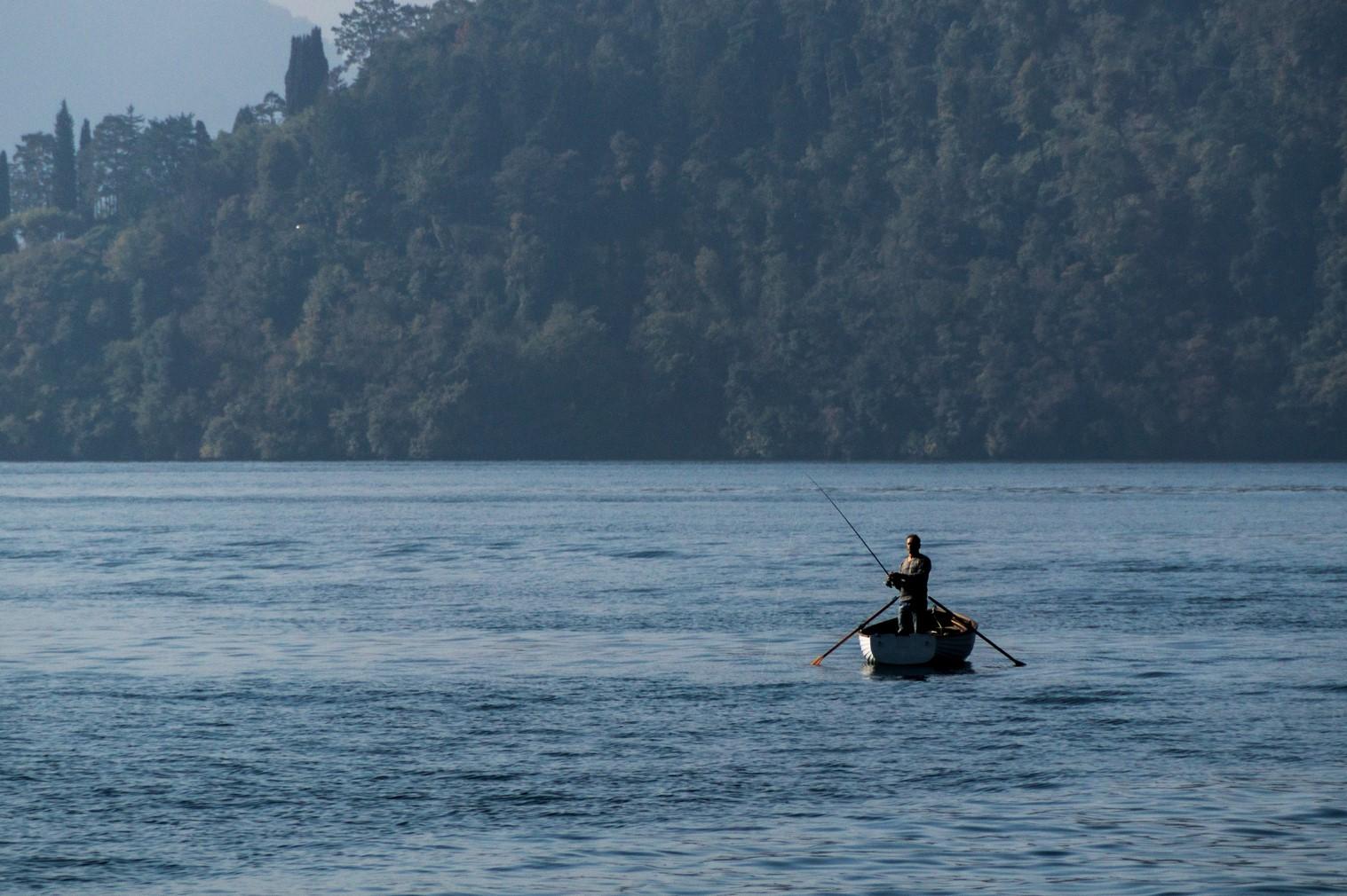 jezioro como - rybak łódź