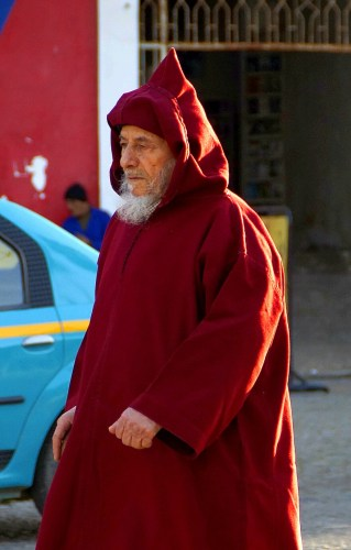 Tanger - mieszkaniec spieszący się do meczetu