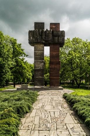 pomnik w kształcie dwóch połączonych ze sobą krzyży