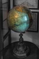 spory kolorowy globus stojący na stoliku