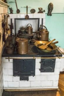 piec kuchenny z metalowymi garnkami