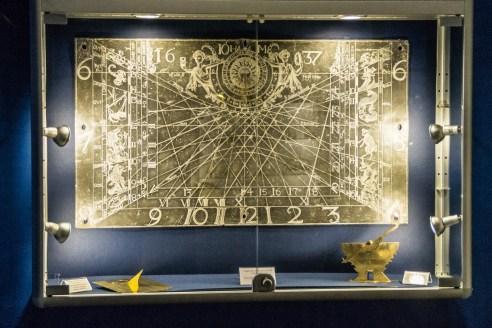 duża miedziana tablica z naniesionymi cyframi i liniami