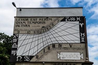 mural z zegarem słonecznym