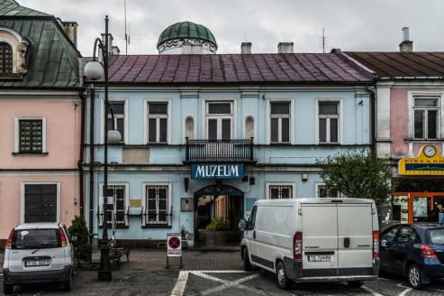 niebieski jednopiętrowy budynek z szyldem muzeum