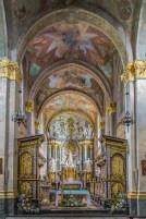 pięknie zdobiona kolorowa nawa kościelna