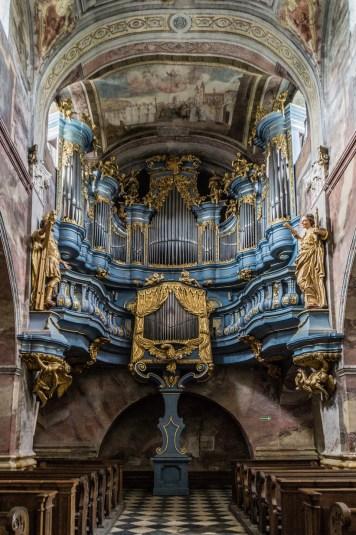 bogato zdobione kościelne organy