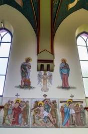 ściany kościoła z malowidłami sakralnymi
