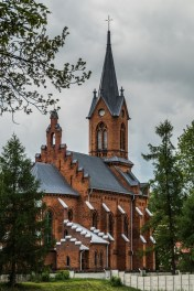 budynek sakralny z cegły z wysoką wieżą