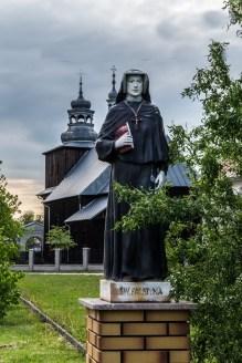 figura zakonnicy na tle kościoła