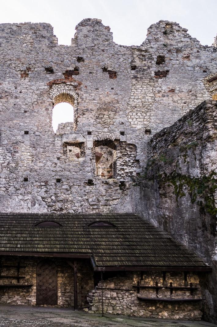 dziedziniec zamku z drewnianą chałupą
