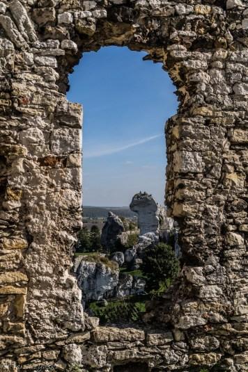 widok przez kamienne okno zamkowe ogrodzieniec