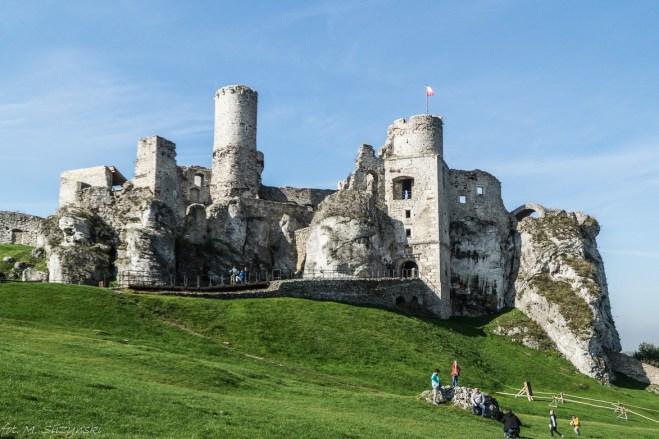 Ogrodzieniec - zamek na wzgórzu bezchmurne niebo ogrodzieniec
