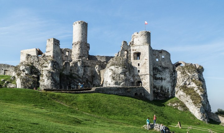 zamek na wzgórzu bezchmurne niebo ogrodzieniec